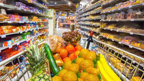 winkelwagen met fruit en groente erin