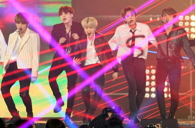 un grupo coreano de música actúa durante una gala de premios