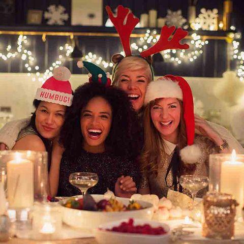Grupo de amigas en fiestas navideñas