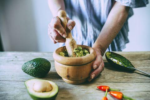 handen maken guacamole