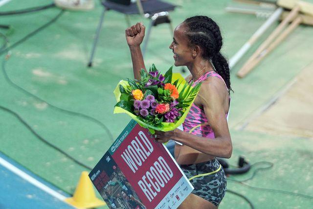 gudaf tsegay celebra con un ramo de flores su récord mundial de 1500 metros en lievin