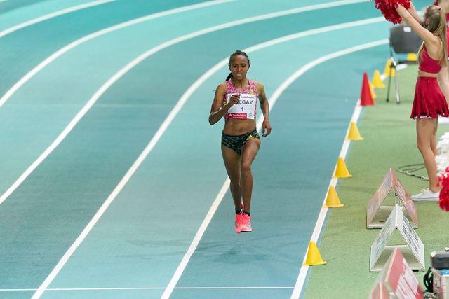 gudaf tsegay llega a meta para batir el récord mundial de 1500 metros en pista cubierta en lievin francia