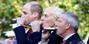 Guillermo de Inglaterra dio un trago a una petacaen un acto oficial que homenajeaba a los tripulantes de submarinos