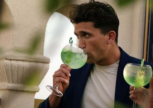 jaime lorente bebe una copa de g'vine