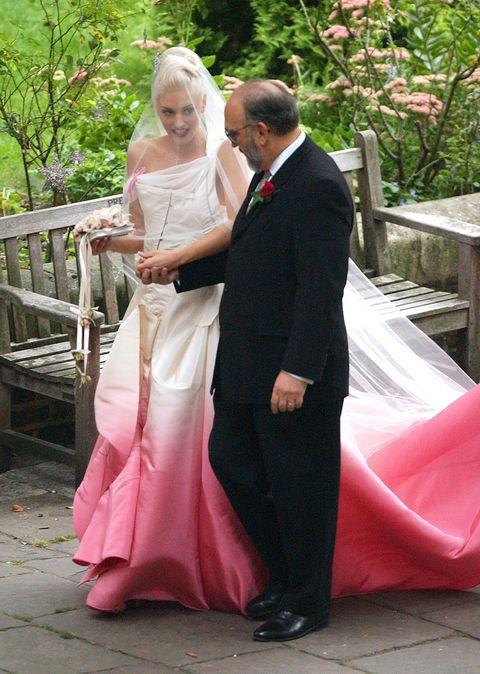 deze celebs droegen geen witte jurk op hun bruiloft