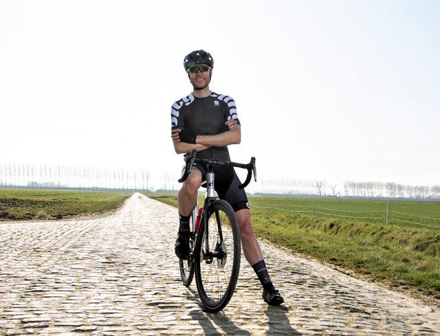 wielrenner bicyclingnl met de armen over elkaar gekruist