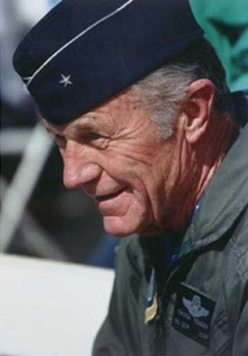 チャック・イェーガー氏(アメリカ陸軍及びアメリカ空軍の軍人。退役時の階級は、空軍准将)