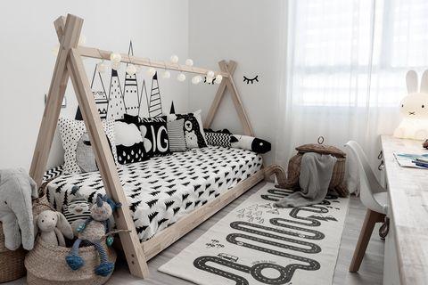 habitación infantil de estilo nórdico con cama estilo tipi