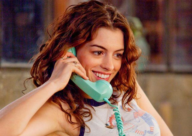 anne hathaway hablando por teléfono fotograma amor y otras drogas 2010
