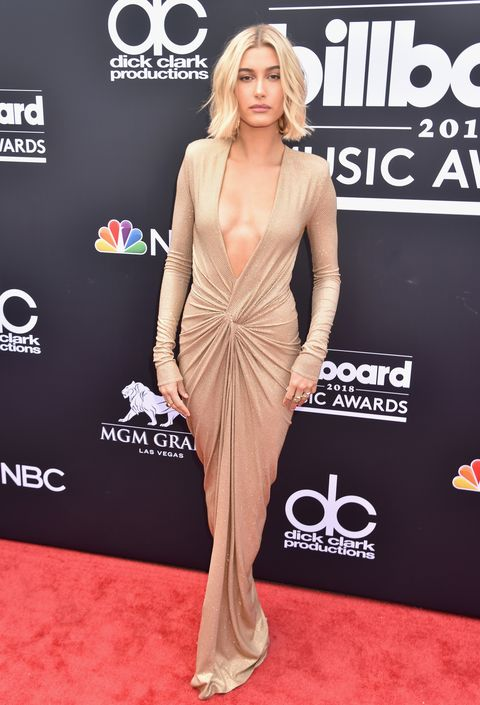 Red carpet, Carpet, Clothing, Dress, Shoulder, Premiere, Hairstyle, Fashion model, Joint, Flooring,
