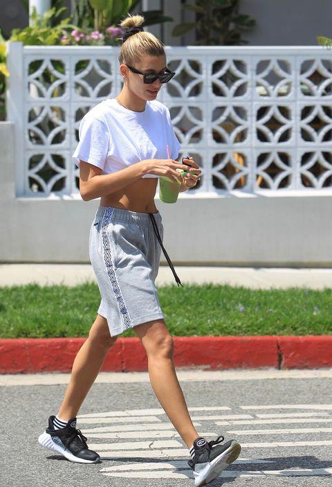 Hailey Bieber con bermudas y deportivas en Los Angeles