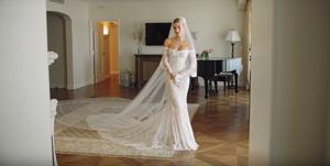 hailey-bieber-bruidsjurk-fitting