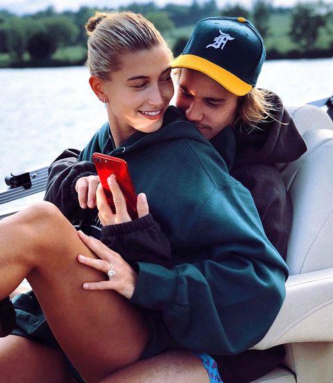 Justin en Hailey Bieber knuffelen elkaar op een boot