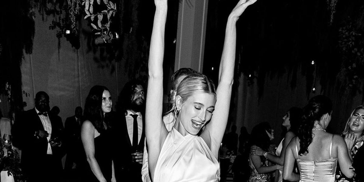 Sí, Hailey Baldwin llevó un tercer vestido de novia en su boda