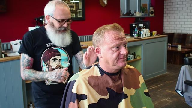 peluquero haciendo corte de pelo para dar volumen a pelo fino