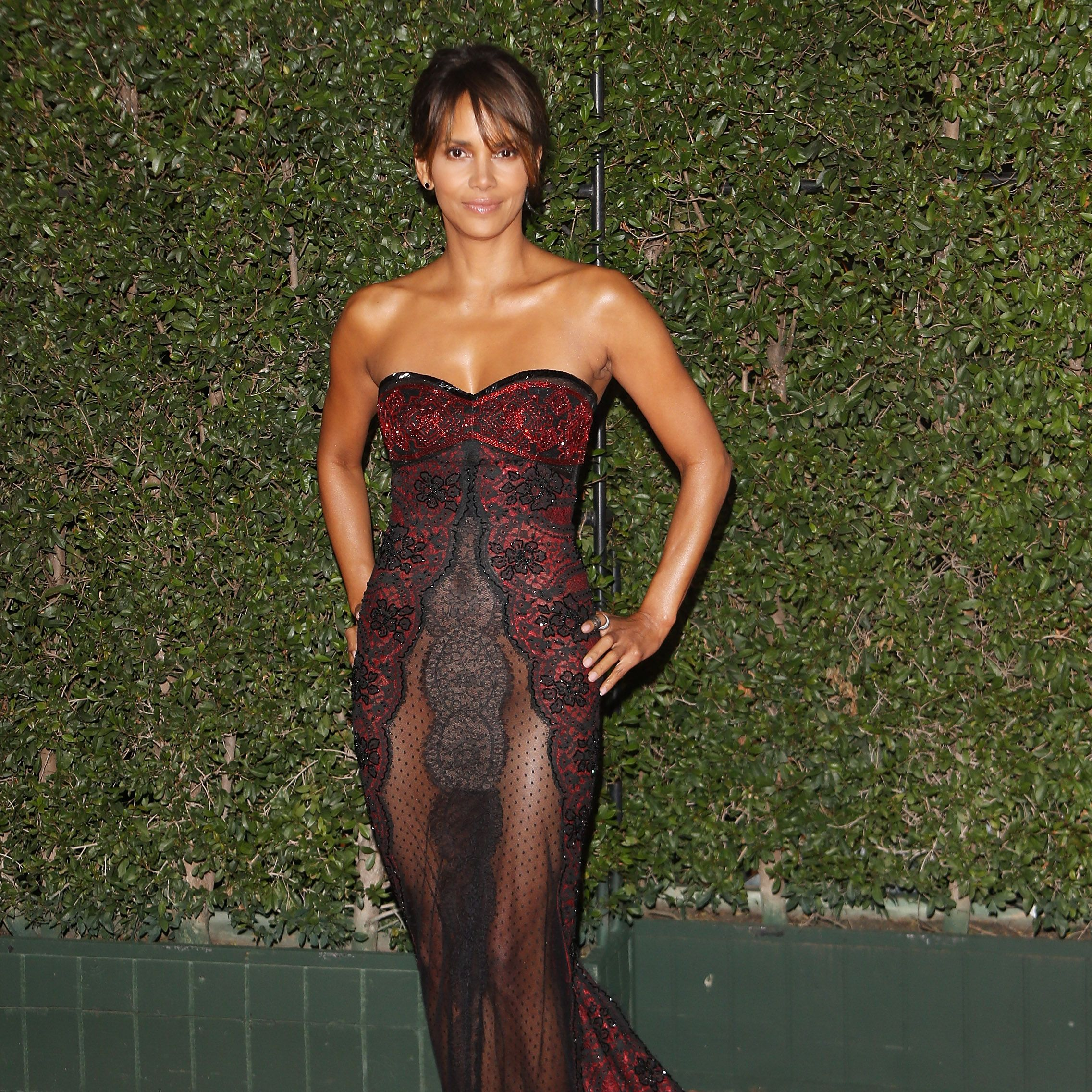 Halle Berry Just Shared 7 Moves That Helped Her Sculpt Those Insane Abs