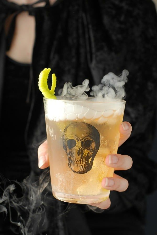 34 easy halloween cocktails drinks best recipes for halloween alcoholic drinks