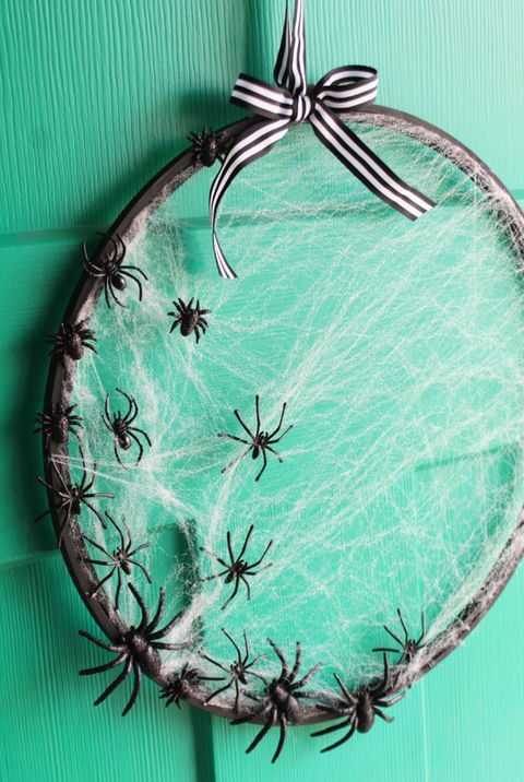 halloween crafts embroidery hoop spider wreath