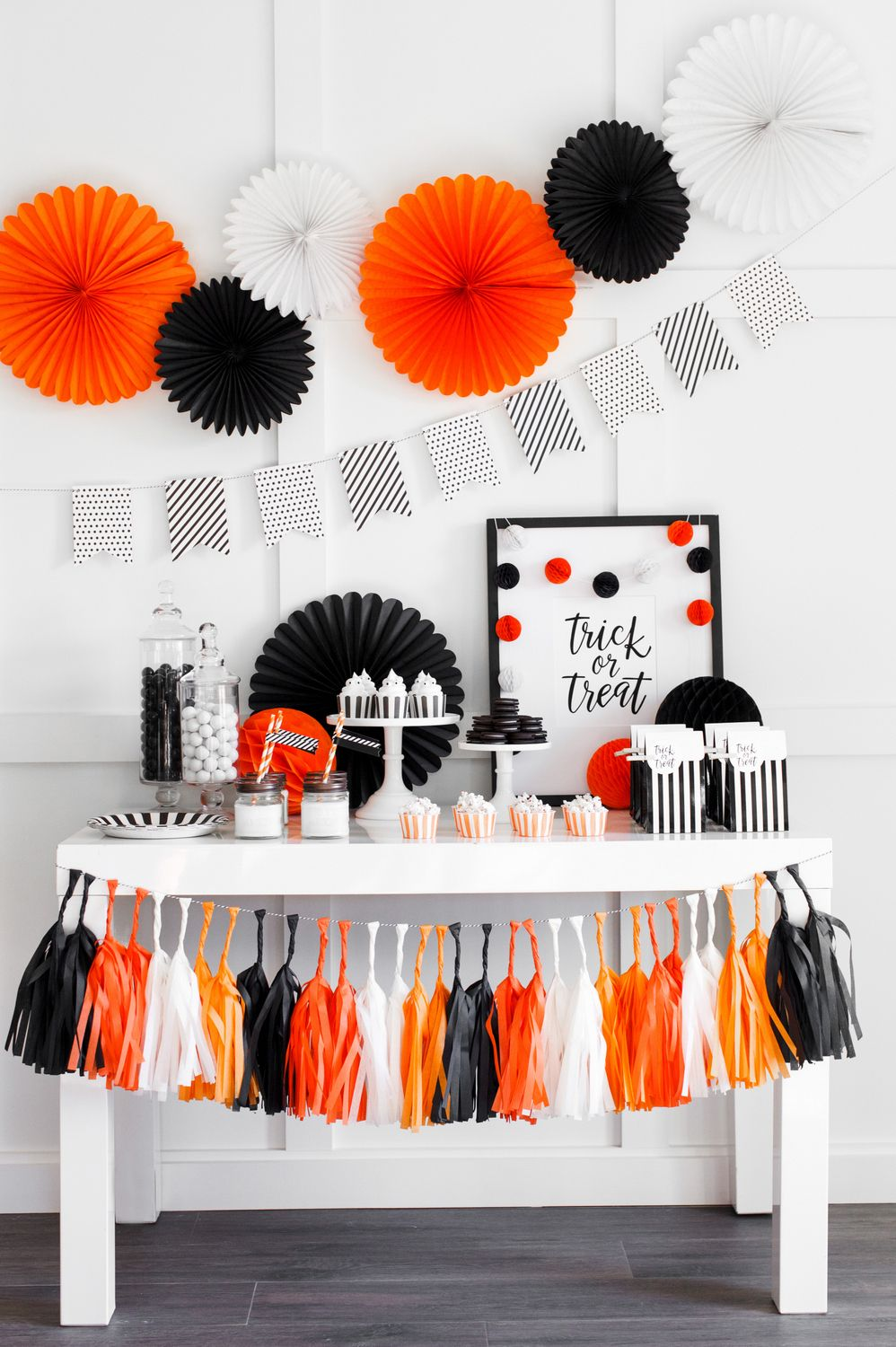 best halloween table decorations and centerpiece ideas chic halloween tablescapes - Halloween Table