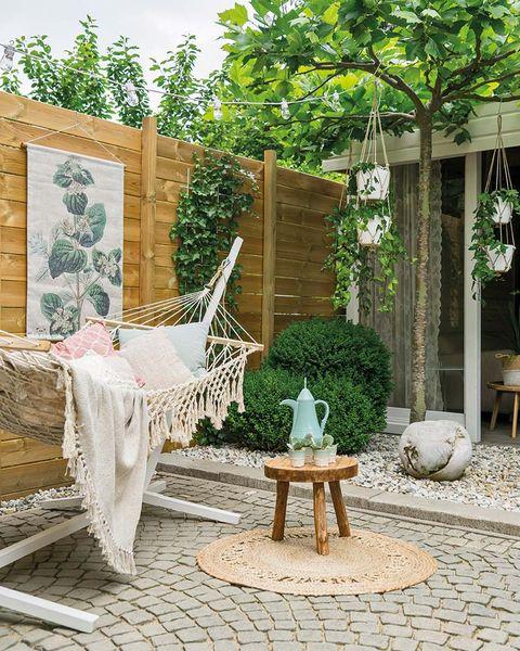 Una casa decorada en tonos pastel: Hamaca en el jardín