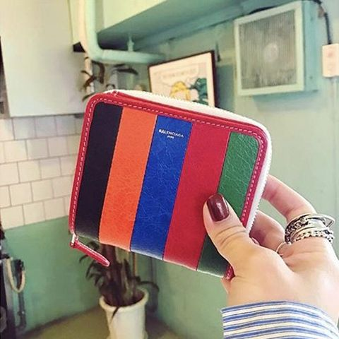 Wallet, Material property, Hand, Fashion accessory, Coin purse, Zipper, Handbag,