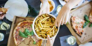 Pizza, patatas fritas. ¿Qué pasa si comemos 1.000 calorías diarias de más?