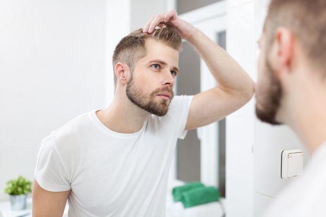 鏡を見てagaや薄毛を気にする男性