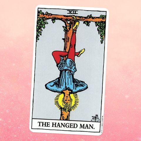 карта таро повешенный, изображающий человека, висящего вверх ногами, с одной ногой привязанной к дереву