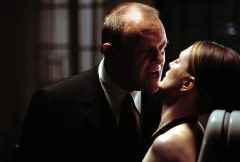 Hannibal se acerca a Julianne moore