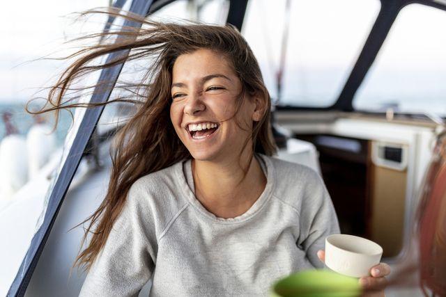 una ragazza sorride in barca