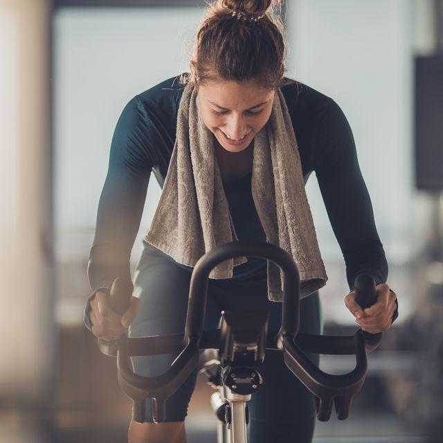 mujer sobre una bicicleta de spinning