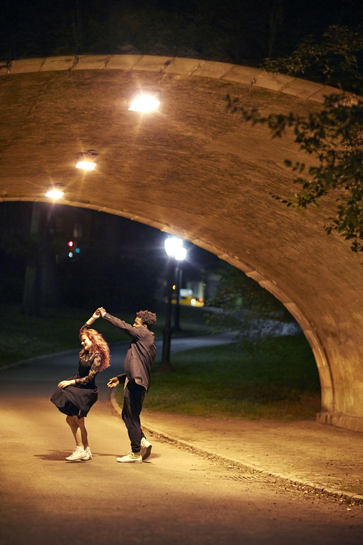 sretni par koji noću pleše na ulici