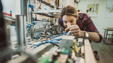 vrouwelijke student in technisch lab