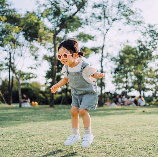 niña jugando al aire libre en verano
