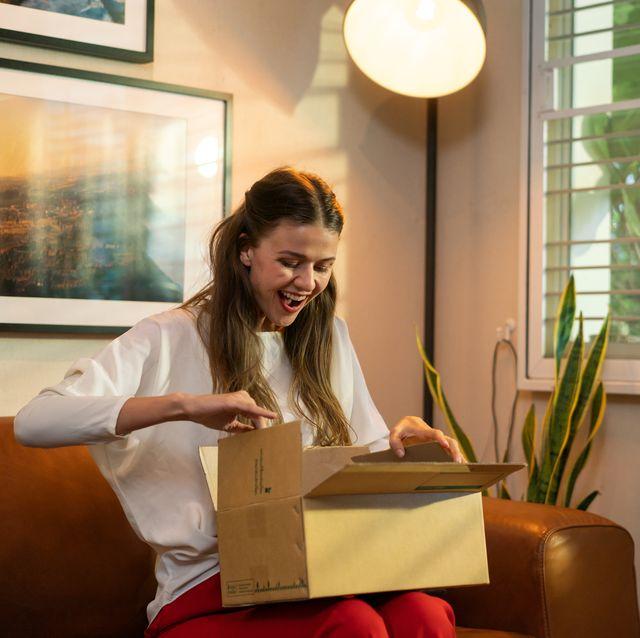 vrouw pakketje bezorging blij