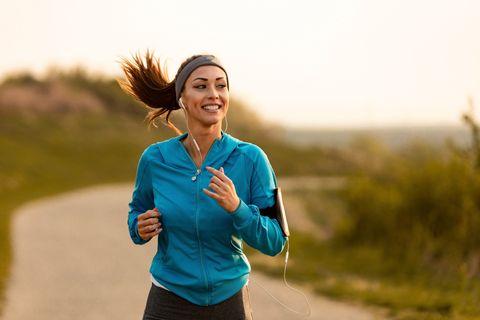 vrolijke meid die aan het rennen is in de natuur