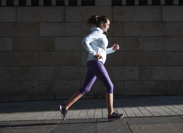vrouw hardlopen afvallen straat alleen