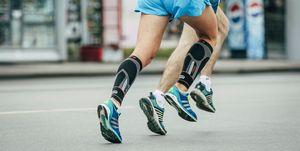 twee atleten hardlopen over straat