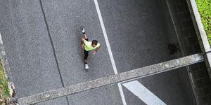 hardlopende man over weg