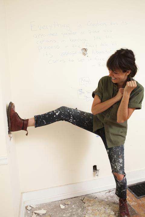 Leg, Leggings, Wall, Joint, Jeans, Fashion, Arm, Footwear, Tights, Knee,