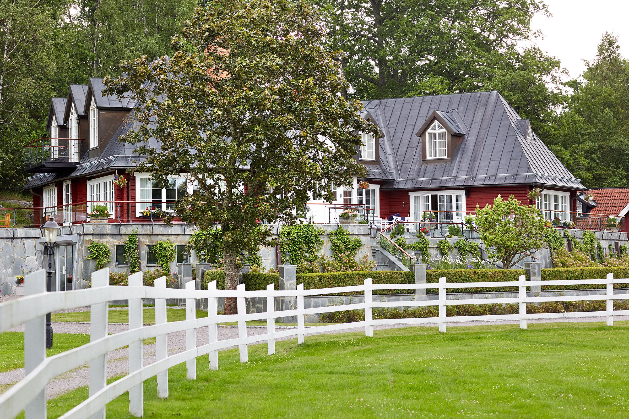 17 Backyard Privacy Fence Ideas That Enhance Safety In Style