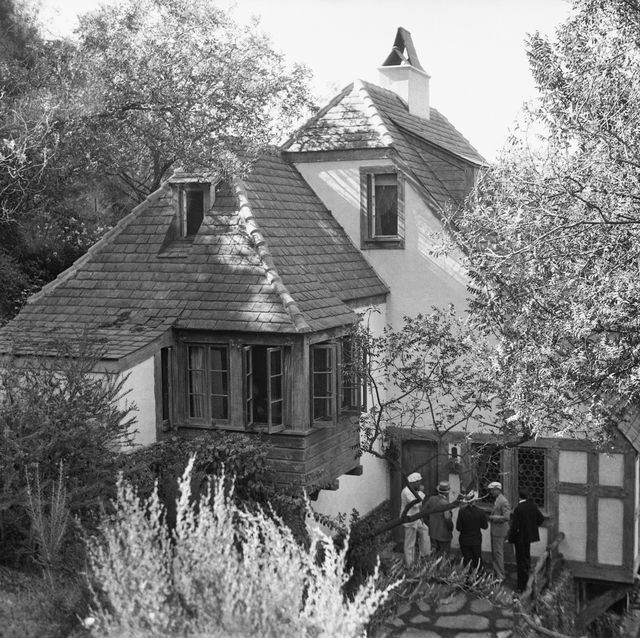original caption newspapermen wait further news of bern suicide the beverly hills home of paul bern and jean harlow with newspapermen waiting outside for further news after the body of bern had been discovered by his butler after committing suicide
