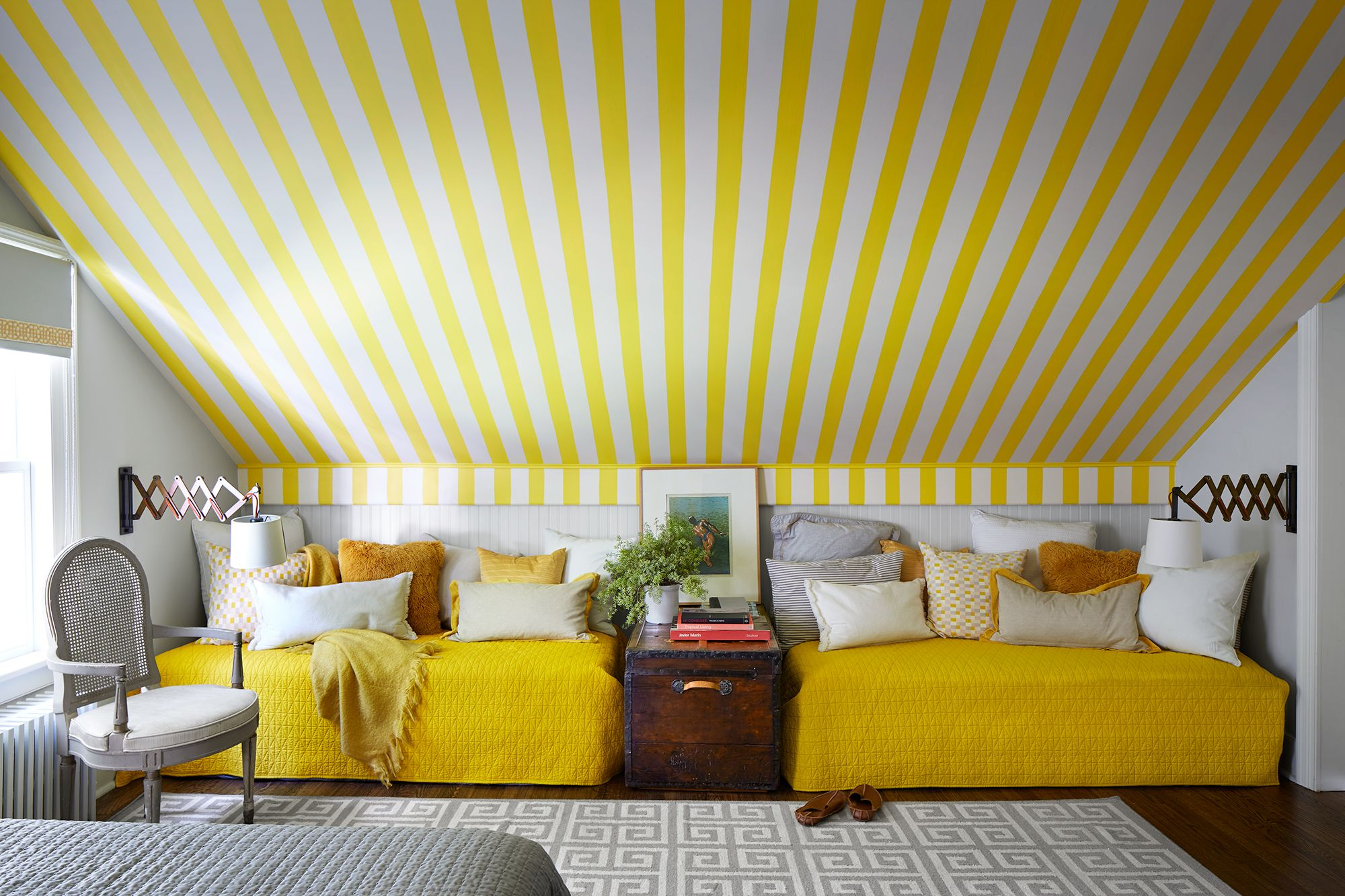 Picture of: 15 Cheerful Yellow Bedrooms Chic Ideas For Yellow Bedroom Decor