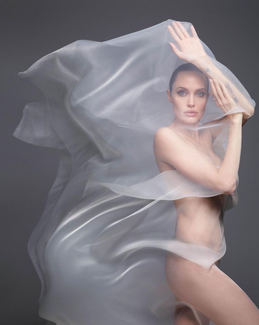 """""""Я хочу жить не в США, но мне мешает Брэд"""". Анджелина Джоли в съемке Harper's Bazaar (фото 6)"""