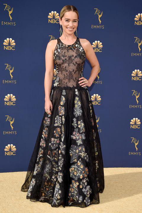 Emillia Clarke en robe de soirée noire en dentelle à motif florale