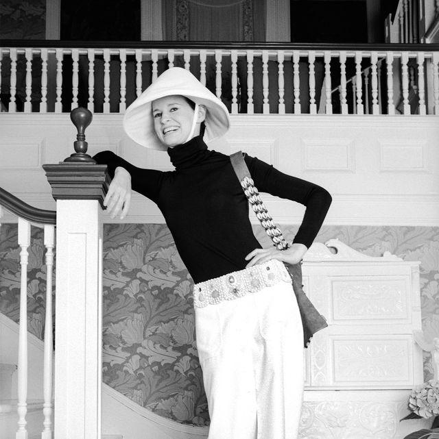 White, Photograph, Black, Black-and-white, Shoulder, Beauty, Monochrome photography, Fashion, Standing, Photo shoot,