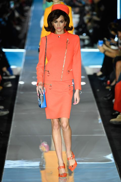 4e75edf61a7 Η Kaia φορούσε ένα φωτεινό πορτοκαλί κοστούμι με φούστα, pillbox καπέλο με  κουπιά και ασορτί γόβες.