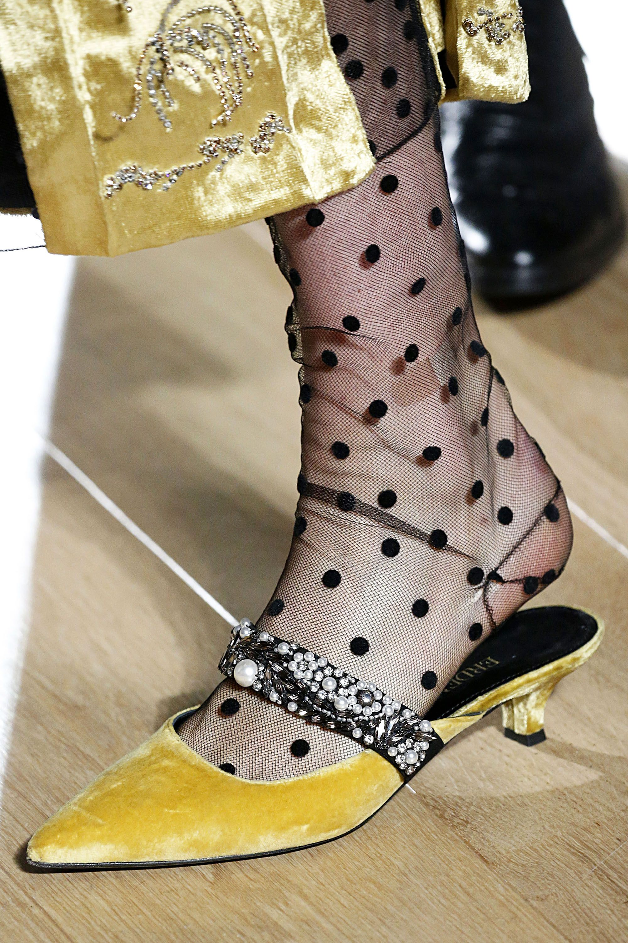 hbz-london-2018-shoe-trends-erdem-gettyimages-922383926-1519162377.jpg (2000×3000)