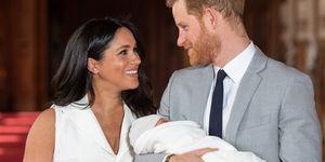 ベビーお披露目で笑顔を見せるヘンリー王子&メーガン妃