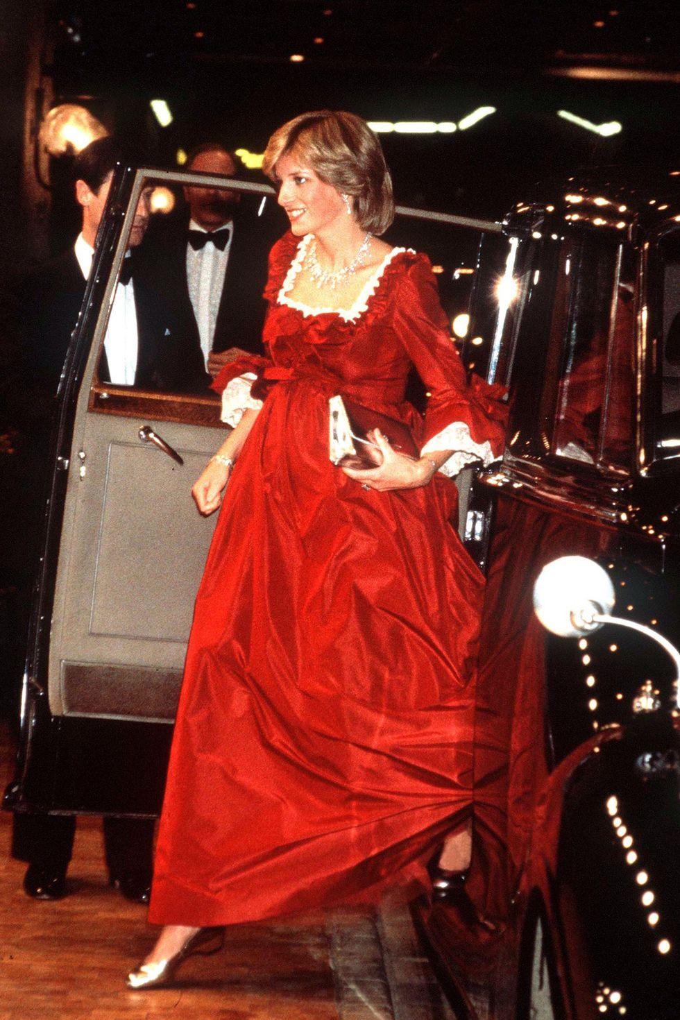 Tengah hamil besar anak pertamanya, Pangeran William, tidak jadi alasan bagi Diana untuk tidak tampil modis.